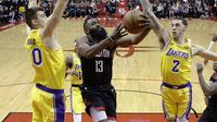 James Harden menerobos pertahanan Lakers saat kedua tim bertemu di ajang NBA, Minggu (20/1/2019) (AP)