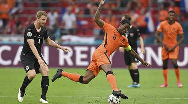 Bek timnas Austria, Martin Hinteregger berebut bola dengan gelandang Belanda, Georginio Wijnaldum pada laga kedua Grup C Euro 2020 di Johan Cruijff Arena, Amsterdam, Jumat (18/6/2021) dini hari WIB. Tuan rumah Belanda berhasil mengalahkan Austria 2-0. (John Thys, Pool via AP)