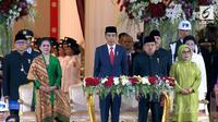 Lihat di sini gaya kompak antara Iriana Jokowi dengan Mufidah Kalla saat upacara penurunan bendera pusaka.