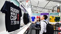Seorang pria melihat pakaian di Rugby World Cup 2019 Megastore di distrik Shinjuku yang ramai di Tokyo (8/10/2019). Rugby World Cup diselenggarakan dari 20 September hingga 2 November 2019. (AFP Photo/Kazuhiro Nogi)