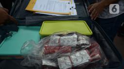 Barang bukti kasus narkoba di Apartemen Kalibata City ditunjukkan dalam konferensi pers di Polda Metro Jaya, Jakarta, Rabu (15/7/2020). Dit Narkoba Polda Metro Jaya meringkus wanita berinisial TI alias II dengan barang bukti 15.000 butir pil ekstasi dan 5.500 happy five. (merdeka.com/Imam Buhori)