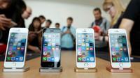 Keluaran Gadget terbaru dari Apple, iPhone SE saat dipajang di kantor pusat Apple di Cupertino, California (21/3). Harga dari iPhone SE mencapai USD 399 atau sekitar Rp 5,2 juta. (REUTERS/Stephen Lam)