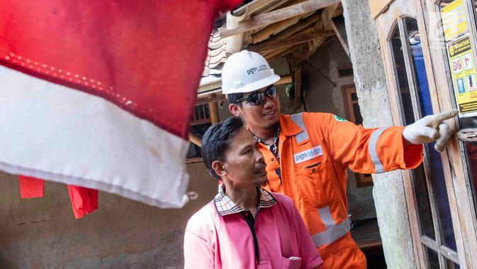 Petugas PT Perusahaan Gas Negara (PGN) memberi pemahaman pada warga saat memeriksa jaringan gas bumi di kawasan Cibinong, Bogor, Jabar, Jumat (14/12). Selama 2018, sebanyak 5.120 jargas baru tersebar di Kabupaten Bogor. (Liputan6.com/Immanuel Antonius)