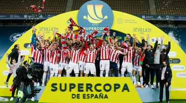 Para pemain Athletic Bilbao melakukan selebrasi usai menjuarai Piala Super Spanyol di Stadion La Cartuja, Minggu (17/1/2021). Athletic Bilbao menang 3-2 atas Barcelona. (AFP/Pablo Garcia)