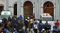 Ambulans terlihat di luar Gereja St Anthony's Shrine setelah ledakan di Kochchikade, Kolombo, Sri Lanka, Minggu (21/4). Presiden Sri Lanka Maithripala Sirisena menyatakan mengatakan bahwa investigasi tengah berlangsung. (ISHARA S. KODIKARA/AFP)