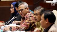 Ketua KPU Arief Budiman (tengah) mengikuti rapat dengar pendapat dengan Komisi II DPR di Kompleks Parlemen Senayan, Jakarta, Selasa (13/3). Rapat tersebut membahas Peraturan KPU (PKPU) yang mengatur pelaksanaan Pemilu 2019. (Liputan6.com/JohanTallo)