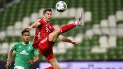 Striker Bayern Munchen, Robert Lewandowski, mengontrol bola saat melawan Werder Bremen pada laga Bundesliga di Weserstadion, Bremen, Selasa (16/6/2020). Bayern Munchen menang dengan skor 1-0 atas Werder Bremen. (AP/Martin Meissner)