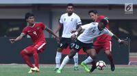 Gelandang Timnas Indonesia, Irfan Bachdim (kanan) mengawal pergerakan pemain Fiji, Christopher Wasasala pada laga persahabatan di Stadion Patriot Candrabhaga, Bekasi, Sabtu (9/2). Laga berakhir imbang 0-0. (Liputan6.com/Helmi Fithriansyah)