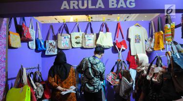 Pengunjung melihat berbagai tas dalam pameran DhawaFest Pesona 2019 di Kementerian Keuangan, Jakarta, Rabu (8/5/2019). Acara pameran produk lokal nusantara tersebut diselenggarakan hingga 10 Mei 2019 mendatang. (Liputan6.com/Angga Yuniar)