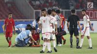 Pemain depan Timnas Indonesia U-19, Egy Maulana Vikri menahan sakit saat melawan Uni Emirat Arab U-19, Omar Ahmad Saleh pada penyisihan Grup A Piala AFC U-19 2018 di Stadion GBK, Jakarta, (24/10). Indonesia unggul 1-0. (Liputan6.com/Helmi Fithriansyah)