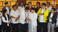 Capres-cawapres 01 Joko Widodo dan Ma'ruf Amin bersalaman saat konferensi pers di Jakarta, Rabu (17/4). Meskipun Jokowi-Ma'ruf unggul dalam hitungan cepat namun Jokowi meminta pendukungnya tetap menunggu penghitungan resmi KPU atas hasil perolehan suara Pilpres 2019. (Liputan6.com/Angga Yuniar)