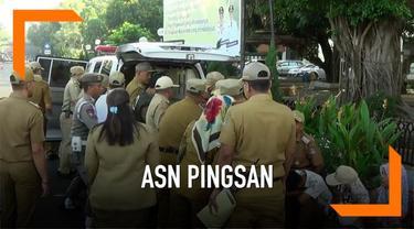 Seorang Aparatur Sipil Negara (ASN) Kota Bekasi pingsan saat mengikuti apel pertama usai Idul Fitri 2019.