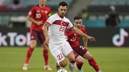 Peluang pertama didapat Turki di awal laga. Tembakan keras bek Kaan Ayhan ke pojok kiri gawang Swiss masih bisa dijangkau kiper Yann Sommer. (Foto: AFP/Pool/Darko Vojinovic)