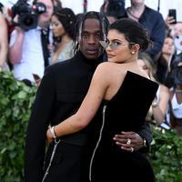 Travis Scott merasa bangga atas kesuksesan yang diraih Kylie Jenner dengan bisnis makeupnya. (NOAM GALAI / GETTY IMAGES NORTH AMERICA / AFP)