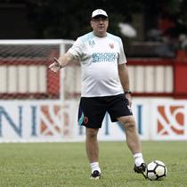 Pelatih PSM Makassar, Rene Alberts, memberi instruksi kepada para pemain saat latihan di Stadion PTIK, Jakarta, Minggu (2/12). Latihan ini persiapan jelang laga Liga 1 melawan Bhayangkara FC. (Bola.com/Yoppy Renato)