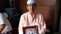 Ayah Ainul, Amrullah, saat memperlihatkan foto sang anak yang menjadi korban gempa Lombok di Gunung Rinjani, saat ditemui di rumahnya kawasan Laikang, Biringkanaya, Kota Makassar. (Sahrul Ramadhan/JawaPos.com)