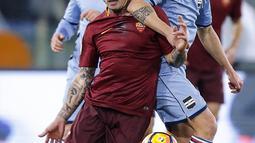 Pemain AS Roma, Radja Nainggolan (kiri) berusaha melewati hadangan pemain Sampdoria, Luca Cigarini (kanan) pada laga Coppa Italia di di Roma Olympic stadium, Kamis (19/1/2017). Roma menang 4-0. (Angelo Carconi/ANSA via AP)