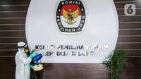 Petugas melakukan penyemprotan cairan disinfektan di Gedung KPU Pusat, Jakarta, Selasa (21/7/20).  Penyemprotan dilakukan setelah seorang pegawai Komisi Pemilihan Umum (KPU) RI terpapar virus Covid-19. (Liputan6.com/Faizal Fanani)