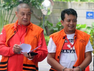 Pejabat Pembuat Komitmen Kemenpora Adhi Purnomo (kiri) dan staf Kemenpora Eko Triyanto tiba di Gedung KPK, Jakarta, Kamis (14/2). Keduanya diperiksa sebagai tersangka terkait dugaan menerima suap dana hibah dari Kemenpora ke KONI. (Merdeka.com/DwiNarwoko)