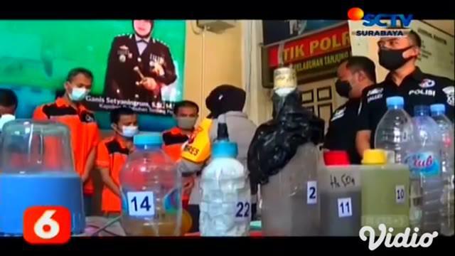 Mendapat informasi dari masyarakat, ada rumah kos digunakan untuk pembuatan narkoba, anggota Satuan Narkoba Polres Tanjung Perak langsung menggerebek satu rumah kos di kawasan Rangkah Surabaya.