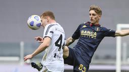 Striker Juventus, Dejan Kulusevski (kiri) berebut bola dengan gelandang Genoa, Nicolo Rovella dalam laga lanjutan Liga Italia 2020/2021 pekan ke-30 di Allianz Stadium, Turin, Minggu (11/4/2021). Juventus menang 3-1 atas Genoa. (LaPresse via AP/Marco Alpozzi)