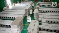 Petugas membawa kotak suara yang mulai distribusikan ke Kantor Kecamatan Pondok Aren, Kota Tangerang Selatan, Banten, Rabu (2/12/2020). Logistik Pilkada Tangsel tersebut seperti kotak suara, bilik suara dan alat pelindung diri (APD). (merdeka.com/Dwi Narwoko)