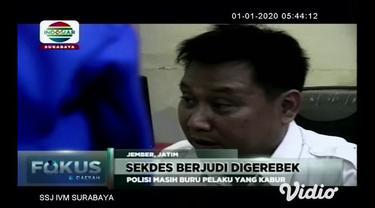 Arena judi domino di pemukiman penduduk di Jember, Jawa Timur digerebek polisi. Meski sebagian kabur, polisi berhasil menangkap dua pelaku yang satu di antaranya adalah sekretaris desa setempat.