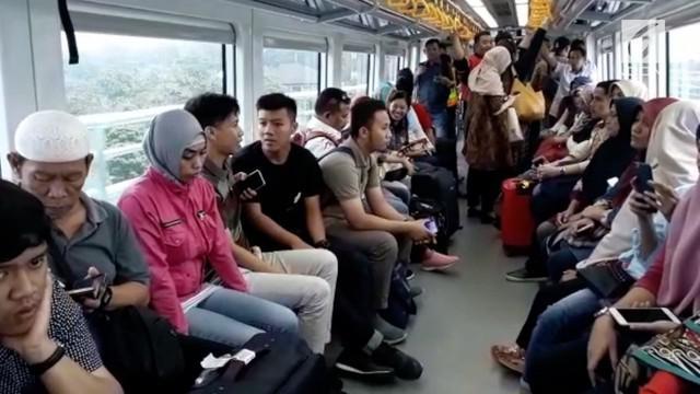 Kereta api ringan terpadu atau light rail trainset (LRT) Palembang, Sumatera Selatan resmi beroperasi secara komersial mulai hari ini, Rabu (1/8).