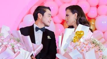6 Momen Abash Rayakan Ulang Tahun Sang Kekasih, Gayanya Curi Perhatian