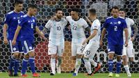 Lionel Messi mencetak gol untuk Argentina ke gawang Paraguay lewat tendangan penalti. (AFP/Douglas Magno)