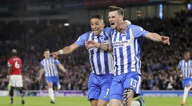 Para pemain Brighton & Hove Albion merayakan gol Pascal Gross (kanan) ke gawang Manchester United pada lanjutan Premier League di AMEX Stadium, Brighton, (4/5/2018). MU kalah 0-1 dari Brighton. (Gareth Fuller/PA via AP)