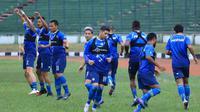 Persib saat sesi latihan di Stadion Siliwangi, Bandung (20/2/2020). (Bola.com/Erwin Snaz)
