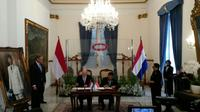 Menteri Luar Negeri Belanda Stef Blok (duduk, kiri) dan Kepala Badan Siber dan Sandi Negara Djoko Setiadi (duduk, kanan) menandatangani dokumen kerja sama penguatan keamanan siber Indonesia-Belanda, bertempat di Kemenlu RI (3/7) (Rizki Akbar/Liputan6.com)