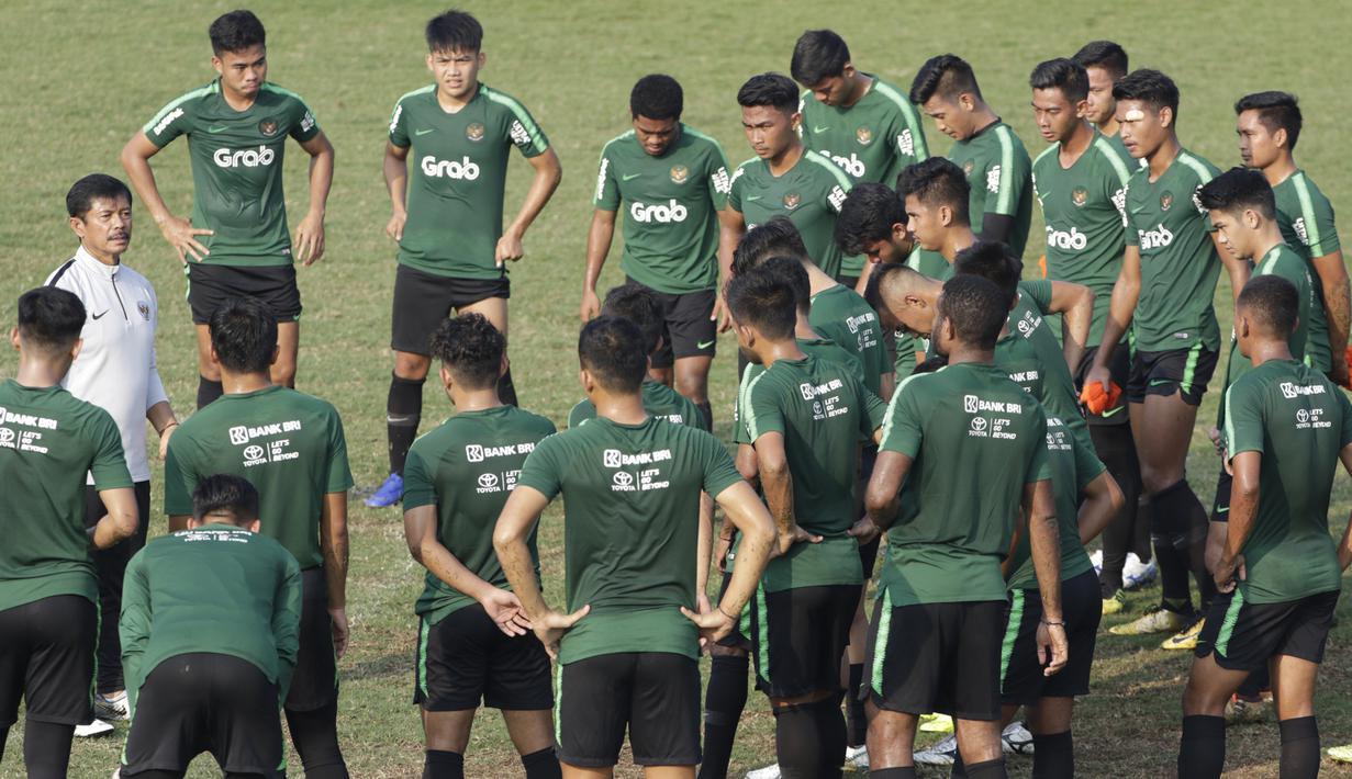 Pelatih Timnas Indonesia U-22, Indra Sjafri, memberikan instruksi kepada pemainnya saat latihan di Lapangan ABC Senayan, Jakarta, Senin (7/1). Latihan ini merupakan persiapan jelang Piala AFF U-22. (Bola.com/Vitalis Yogi Trisna)