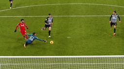 Kiper Newcastle United, Karl Darlow, berhasil mengagalkan tendangan penyerang Liverpool, Mohamed Salah, pada laga Liga Inggris di Stadion St James' Park, Rabu (30/12/2020). Kedua tim bermain imbang tanpa gol. (Stu Forster/ Pool via AP)