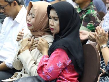Keluarga korban kecelakaan pesawat Lion Air JT 610 berdoa bersama usai pemaparan evaluasi proses evakuasi di Jakarta, Senin (5/11). Konfrensi pers tersebut memberikan hasil perkembangan terkini mengenai pencarian korban. (Liputan6.com/Immanuel Antonius)