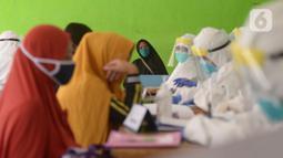 Petugas medis Puskesmas Kecamatan Kramat Jati menggelar tes usap (Swab Test) COVID 19 bagi ibu hamil di Jakarta Timur, Jumat (12/6/2020). Tes yang menjadi salah satu syarat untuk menjalani persalinan ini diikuti sekitar 70 ibu hamil. (merdeka.com/Imam Buhori)