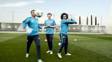 Keylor Navas kiper Real Madrid melakukan penyelamatan akrobatik yang tak biasa. Dalam video iklan ini, Keylor Navas ditantang bisa menahan tendahan Marcelo rekan setimnya.