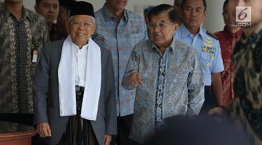 Wakil Presiden Jusuf Kalla (kanan) menerima kedatangan Wakil Presiden terpilih Ma'ruf Amin di Kantor Wakil Presiden, Jakarta, Kamis (4/7/2019). Pertemuan JK dan Ma'ruf hari ini diketahui untuk bertukar informasi terkait tugas sebagai wakil presiden. (Liputan6.com/Angga Yuniar)