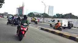 Pengendara sepeda motor melawan arus lalu lintas di sekitar flyover Tanjung Barat, Jakarta, Senin (17/2/2020). Ditutupnya jalur memutar balik di kawasan itu menyebabkan sebagian pengendara sepeda motor nekat melawan arus lalu lintas demi mempersingkat waktu tempuh. (Liputan6.com/Immanuel Antonius)