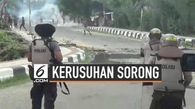 Kerusuhan kembali pecah di kota Sorong Papua. Massa menyerang kantor Wali Kota Sorong. Aparat keamanan yang berjaga melepaskan gas air mata guna menghalau massa.  Massa juga memblokade sejumlah jalan utama