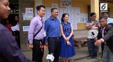 Hun Manet, anak pertama dari Perdana Menteri Hun Sen memberikan hak suaranya di Pemilu Kamboja. Sampai saat ini, Hun Sen dan partai yang dipimpinnya, Cambodian People's Party (CPP) telah berkuasa selama 33 tahun di Kamboja.