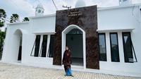 Dewi Perssik berdiri di depan musala yang dipersembahkan untuk almarhum ayahnya, Muhammad Adil (Dok.Instagram/@dewiperssikreal/https://www.instagram.com/p/B7z9FAhhKpS/Komarudin)