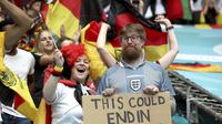 Sepasang suami istri dari Inggris dan Jerman datang langsung ke Stadion Wembley menyaksikan Euro 2020. (Nick Potts/PA via AP)