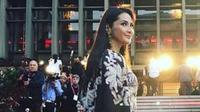 Maudy Koesnaedi menghadiri Red Carpet Opening Night Cape Town Film & Market Festival 2018,  9 Oktober 2018, Afrika Selatan. (dok. Instagram @maudykoenaedi/Dinny Mutiah)