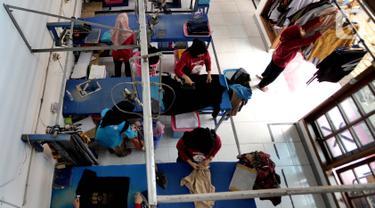 Aktivitas pekerja di Bogor Laundry, Sukasari, Bogor, Jawa Barat, Minggu (6/10/2019). Jasa laundry yang memiliki kapasitas produksi 800 Kg pakaian per hari tersebut memanfaatkan energi gas bumi Perusahaan Gas Negara (PGN) untuk kegiatan operasionalnya. (merdeka.com/Arie Basuki)