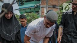 Anak mendiang George Mustafa Taka, Zulfikar menaburkan bunga di makam sang ayah di Komplek Pemakaman Kempo, Jatiwaringin, Pondok Gede, Jakarta, Jumat (2/10). George Mustafa Taka meninggal akibat serangan jantung. (Liputan6.com/Faizal Fanani)