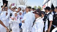 Setibanya di Arafah, Menteri Agama Lukman Hakim Saifuddin menyempatkan diri menyapa jemaah calon haji. (www.kemenag.go.id)