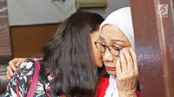 Terdakwa kasus dugaan penyebaran berita bohong atau hoaks Ratna Sarumpaet berbincang dengan anaknya Atiqah Hasiholan saat bersiap menjalani sidang lanjutan di PN Jakarta Selatan, Selasa (18/6/2019). Sidang beragendakan pembacaan pledoi atau nota pembelaan dari terdakwa. (Liputan6.com/Herman Zakharia