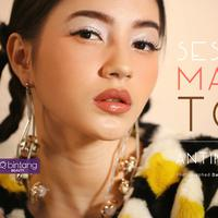 Berikan nuansa makeup yang modern saat memakai statement earrings. Dari look yang casual hingga glamor, all eyes on you! (Foto: Bintang.com/Daniel Kampua, Digital Imaging: Bintang.com/Muhammad Iqbal Nurfajri)